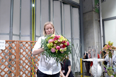 Katrine Pedau Hirai, demonstration at Setagaya flower market
